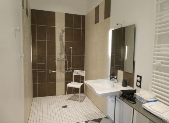 Gîte Cèdre et Charme - Salle de bain Rez-de-chaussé chambre PMR