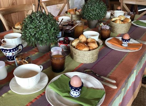 Petit-dejeuner-Logis-de-la-Fouettiere-Chemille-sur-Indrois-Valdeloire