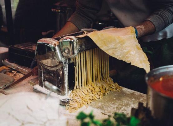 Le Chef Gusto prépare les pâtes fraiche